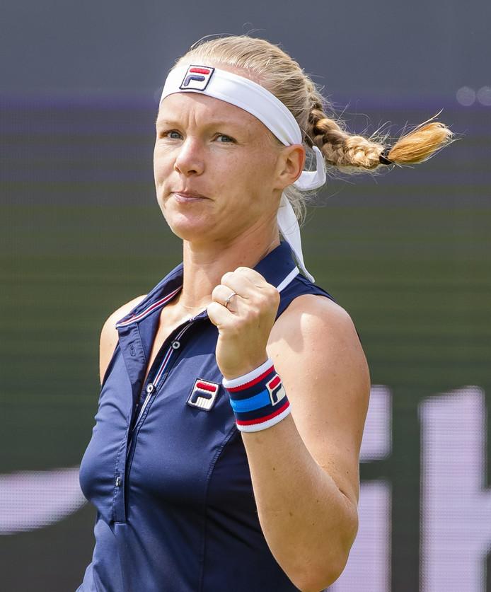 Kiki Bertens heeft interactie met het publiek op het tennistoernooi van Rosmalen tijdens haar gewonnen eersterondepartij.