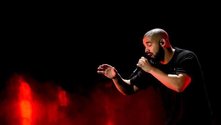 Rapper Drake tijdens een optreden in Las Vegas, Nevada in 2016. De artiest heeft zijn concerten in Nederland opnieuw uitgesteld. Beeld afp