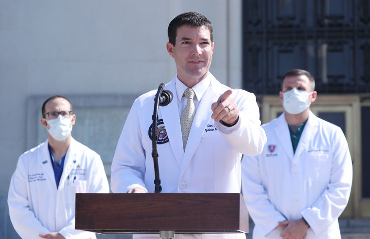 Arts Sean P. Conley geeft voor het Walter Reed Militair Medisch Centrum een verklaring over de gezondheid van Donald Trump, nadat de president besmet is geraakt met het coronavirus. Beeld EPA