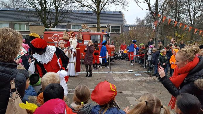 Ook op de R de Jagerschool in Woerden arriveert Sinterklaas met een brandweerwagen.