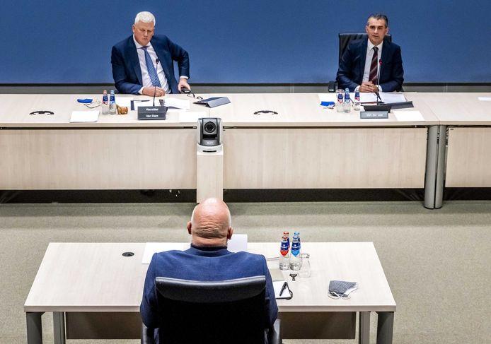 Hans Blokpoel wordt aan de tand gevoeld door de commissie.