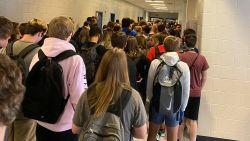 Foto overvolle schoolgang in VS gaat viraal: zes leerlingen en drie personeelsleden blijken besmet
