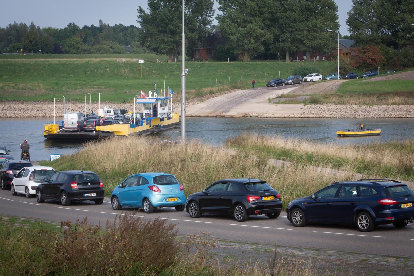 Drukte bij de pont in Doornenburg.