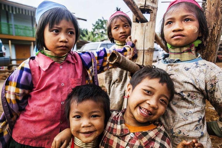 De Padaung staan bekend om de koperen nekringen die meisjes vanaf een jaar of 5 gaan dragen. Beeld Aurélie Geurts