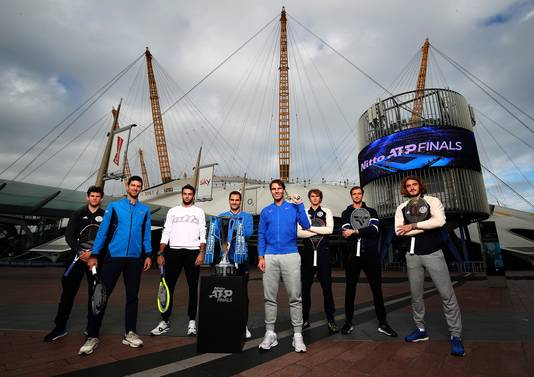 De deelnemers aan de ATP Finals in Londen 2019. Vlnr: Dominic Thiem, Novak Djokovic, Matteo Berrettini, Roger Federer, Rafael Nadal, Alexander Zverev, Daniil Medvedev en Stefanos Tsitsipas.