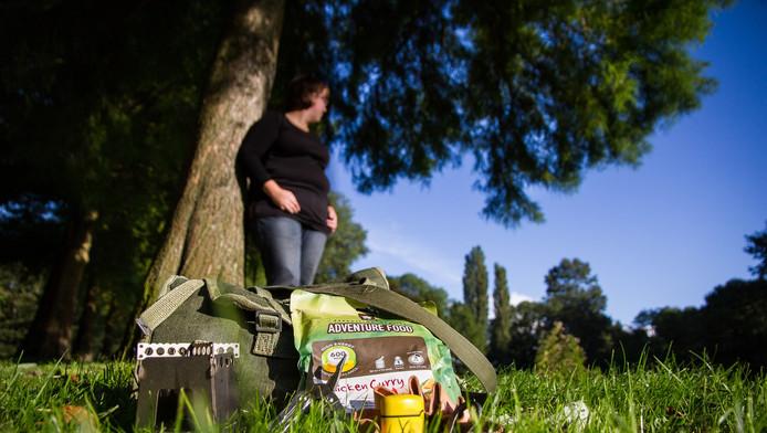 Monique (om privacy redenen onherkenbaar in beeld) heeft altijd een tas vol overlevingsspullen bij zich.