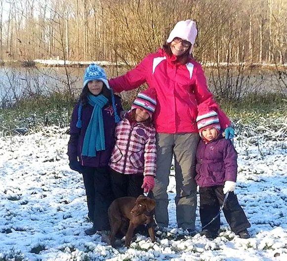 Wendy met haar kinderen en de hond Bo.