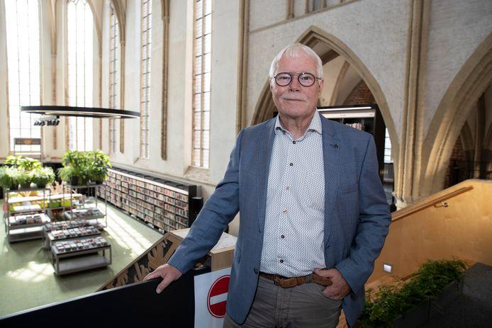 Gerard Huis in 't Veld in de bibliotheek in Zutphen. De bieb in de Broederenkerk is het uithangbord van de Graafschap bibliotheken, met vestigingen in Zutphen, Warnsveld, Lochem en Gorssel.