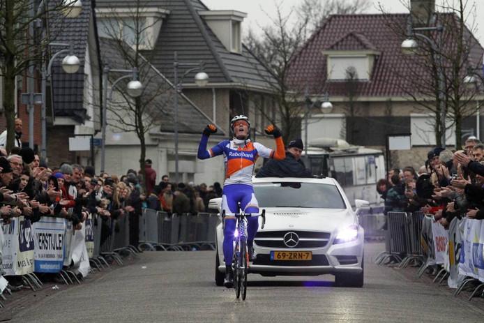 Dylan van Baarle richt zich juichend op. Hij gaat als eerste over de finish in de Dorpsstraat in Sint Willebrord. foto Gerard van Offeren/het fotoburo