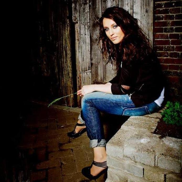 De Heerdense zangeres Sanne van den Bosch geeft een optreden in de zomeravondzangdienst in Wezep.