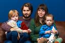 Gino Brugman (24)en Demi Ehricht (21) met hun zoontje Mason (3) en hun dochtertje Vesper (1).