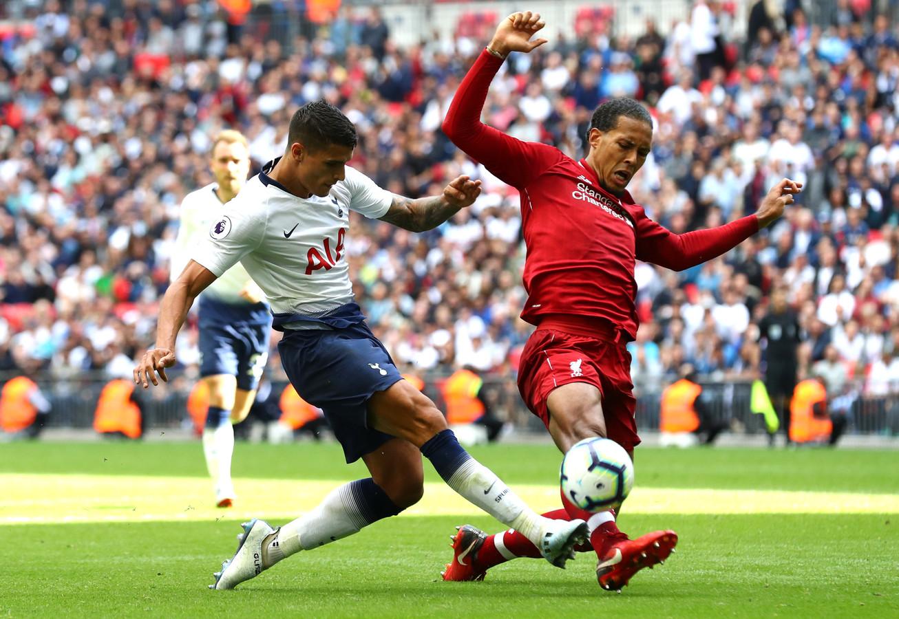 Virgil van Dijk in duel met Erik Lamela tijdens het competitieduel tussen Tottenham Hotspur en Liverpool.