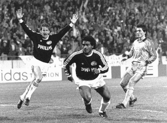 Romário de Souze Faria en op de achtergrond Juul Ellerman, de grote mannen tijdens PSV-Steaua Boekarest op 1 november 1989.