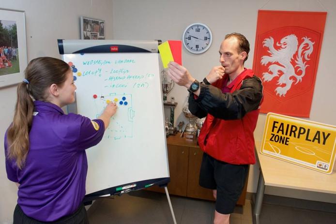 Bas Kaptein is de hele zaterdag bij DVOV actief als begeleider van de scheidsrechters. foto Marc Pluim