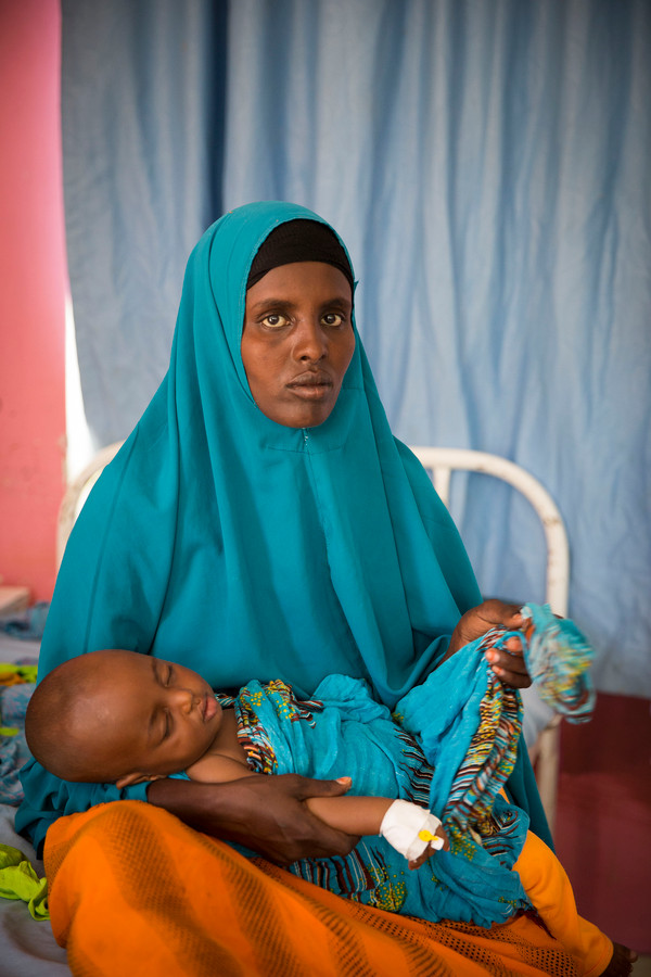 In een ziekenhuis van het Rode Kruis in het kamp Dadaab, Kenia, worden ondervoede kinderen behandeld.