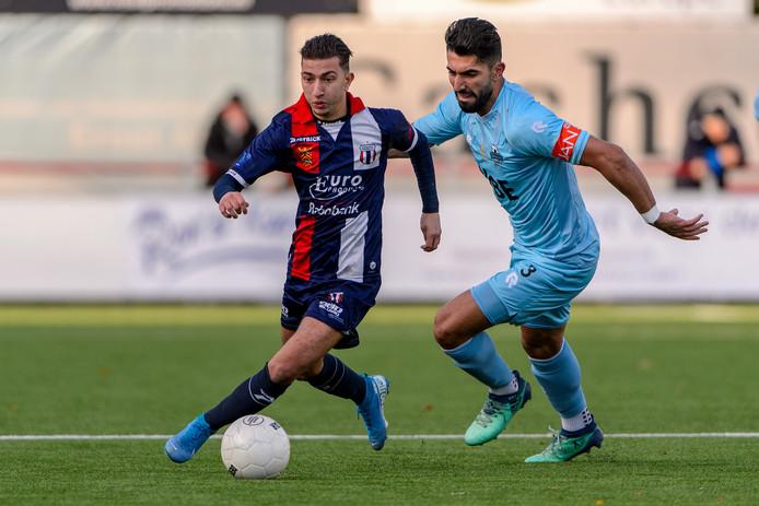 Redouan Omar Ouali laat Rijnsburgse Boys-speler Masies Artien achter zich.