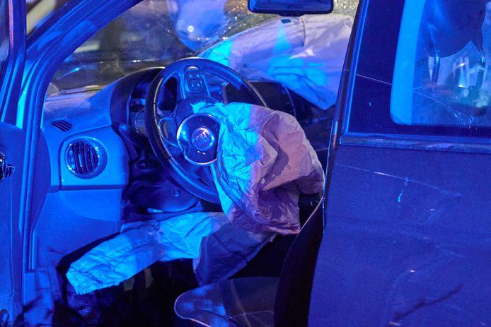 Ook aan de binnenkant kwamen de auto's niet onder de schade uit.