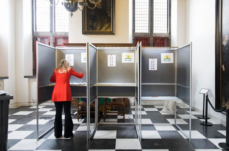 Een vrouw brengt een stem uit in het Oude Stadhuis in Den Haag, een van de gemeenten die meedoet met het experiment Beeld ANP