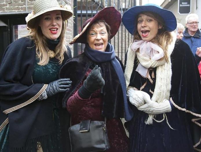 Even terug in de tijd tijdens het Dickens festijn. Deze dames vermaken zich prima.