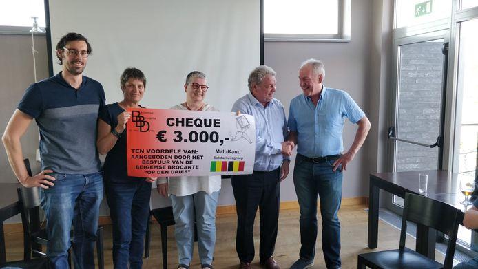 Stijn De Leener en Eddy Van Coppenolle van het bestuur van de Beigemse brocante, burgemeester Chris Selleslagh en Els Vanmolkot en Miki Ceupens (Mali-Kanu).