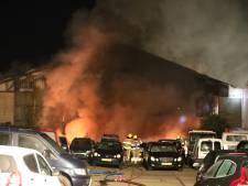 Brand in loods met vrachtwagens in Nijmegen grotendeels geblust, brandstichting niet uitgesloten
