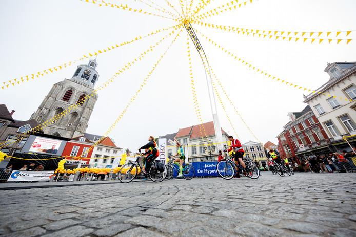 De doorkomst van de Roparun op de Grote Markt in 2015. 5 juni worden de deelnemers voor het laatst feestelijk onthaald in Bergen op Zoom.