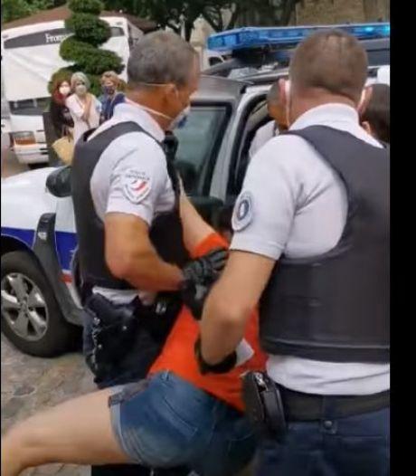 """""""Lâchez-moi, lâchez-moi"""": elle refuse de porter un masque et son arrestation dégénère"""