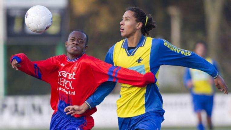 Kenneth Misa-Danso (links) in duel met Brian-Paul Tesselaar van AFC '34. Foto Marcel Israel (www.marisfo.nl) Beeld