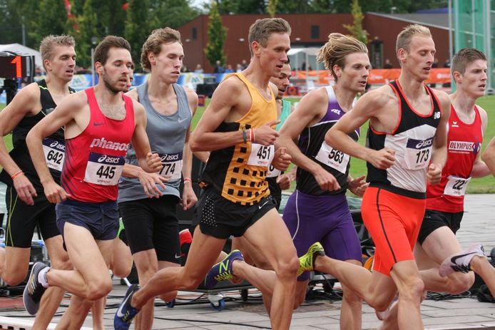 Jelmer van der Linden (451) bij NK atletiek 2018 Utrecht in series 1500 meter