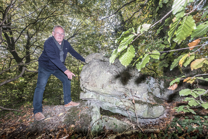 Cees Pot is battlefuildtourguide en staat hier op een van restanten van een van bunkers uit WOI tussen De Diepen in Milsbeek en boscafé Merlijn.