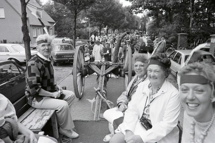 Op 2 juni 1988 is de Mariahoutse totempaal met een Jan Plezier naar de Maple-hof gebracht. archieffoto Pierre van de Meulenhof