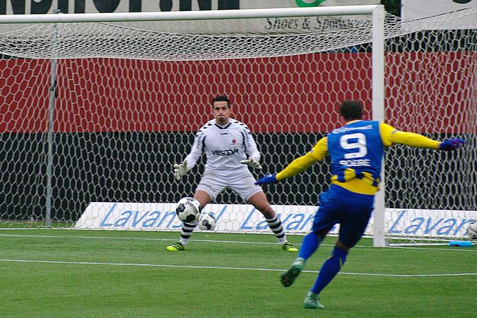 Spits Tom Boere maakt de enige goal van de wedstrijd