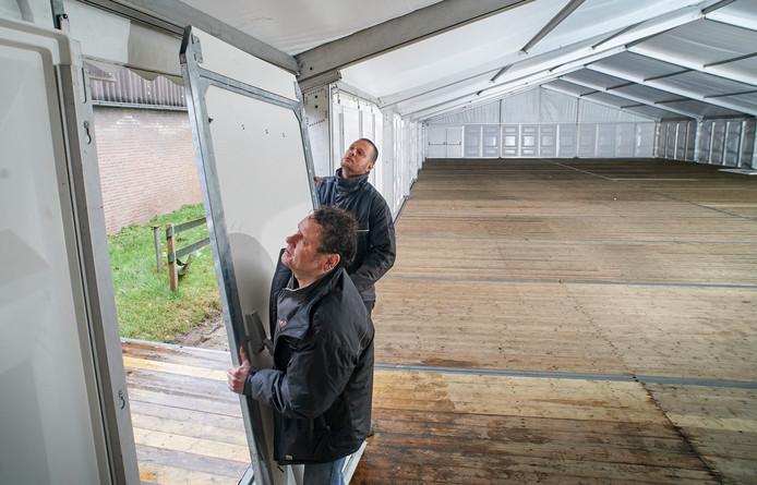 De opbouw van Peelpop in Boekel. Op de foto Toon van den Heuvel (voorgrond) en Robbie Smeets.