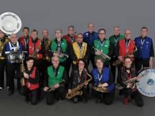Blaaskapel de Peelknijnen viert jubileum met tour langs verzorgingshuizen