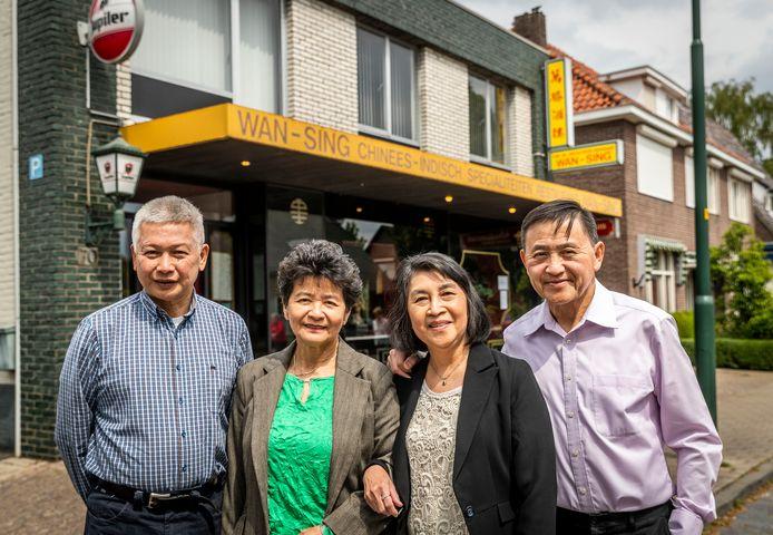 Restaurant Wan Sing bestaat 40 jaar. (Vlnr) Stefan Soeng, Alice Soeng-Liauw, Martha Liauw-Chiu en Johnny Liauw