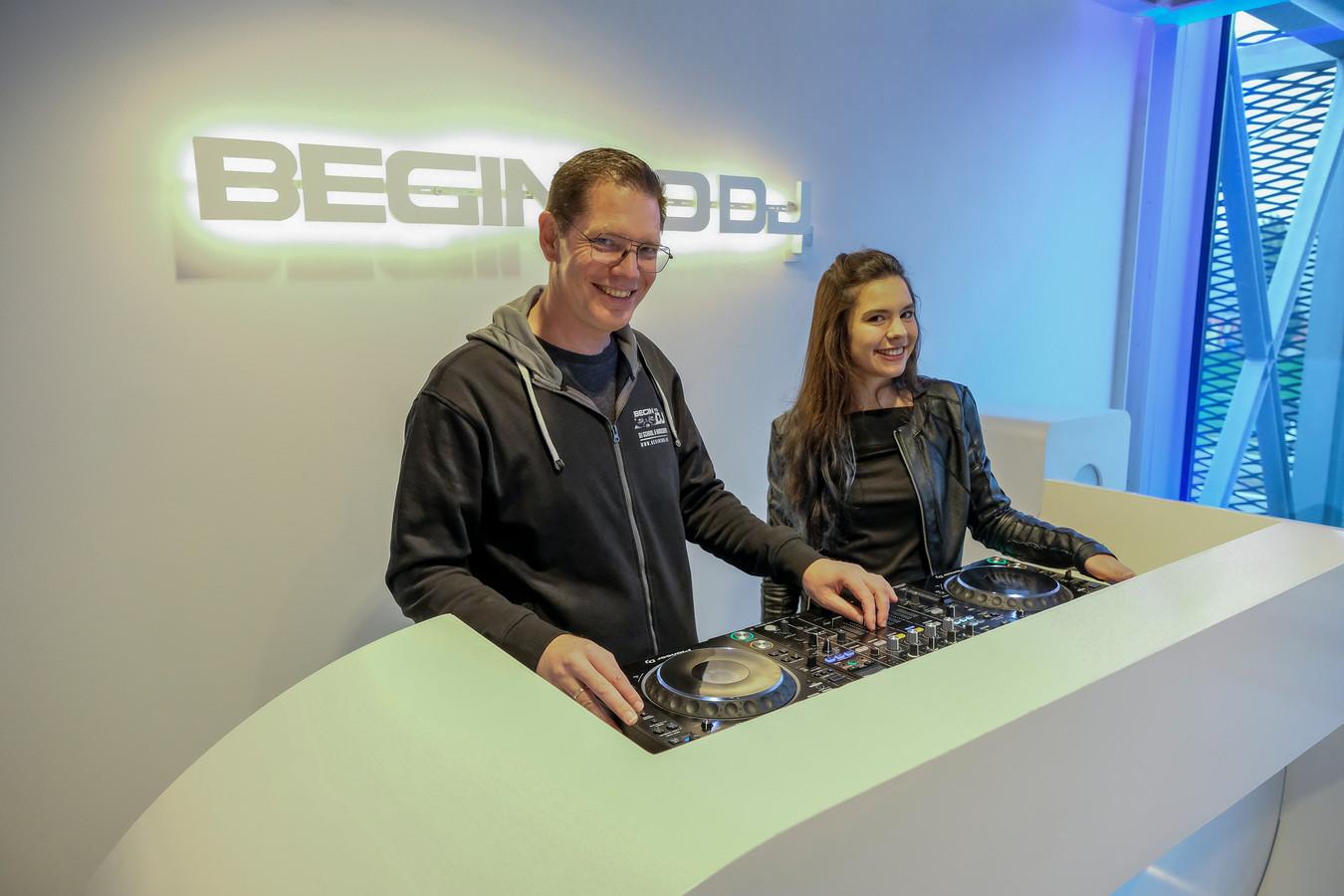 Joeri Broos en dochter Amber achter de draaitafels in het nieuwe gebouw in Melsbroek.