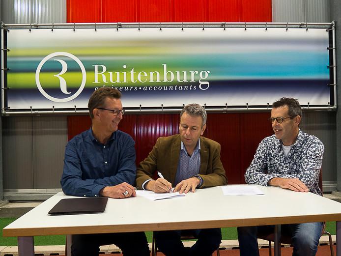 Ab Rood (mede-eigenaar van Ruitenburg) ondertekende het sponsorcontract in het bijzijn van Pieter van der Harst (coördinator Westlandse halve marathon, links) en Hilair Zwinkels (Westlandse halve marathon, rechts).