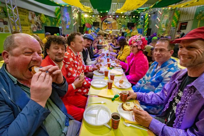 Carnavalsbrunch in Diessen. De vriendenclub van Erik van Riel (tweede van links) geniet van de brunch.