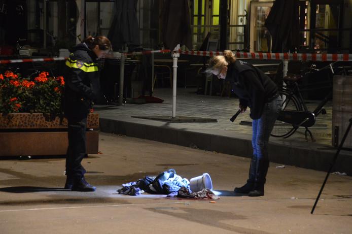 De politie doet onderzoek op de plek waar het steekincident plaatsvond.