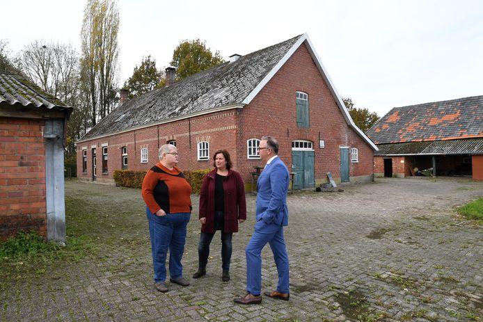 Op het erf van de oude boerderij bespreken Agnes van Ostaayen (links) en haar aangetrouwde nicht buurvrouw Susan hun toekomst met de Zundertse wethouder Patrick Kok.