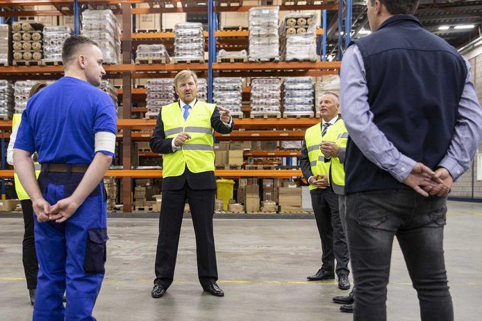 Koning Willem-Alexander tijdens een werkbezoek aan Dachser. De koning bespreekt onder meer het actieplan tegen jeugdwerkloosheid van de Samenwerkingsorganisatie Beroepsonderwijs Bedrijfsleven.