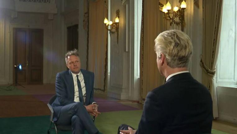 NOS-verslaggever Michiel Breedveld heeft een lang interview gehad met PVV-leider Wilders naar aanleiding van het tienjarig bestaan van de PVV. Breedveld kreeg veel kritiek omdat hij Wilders met fluwelen handschoenen zou hebben aangepakt. Beeld NOS