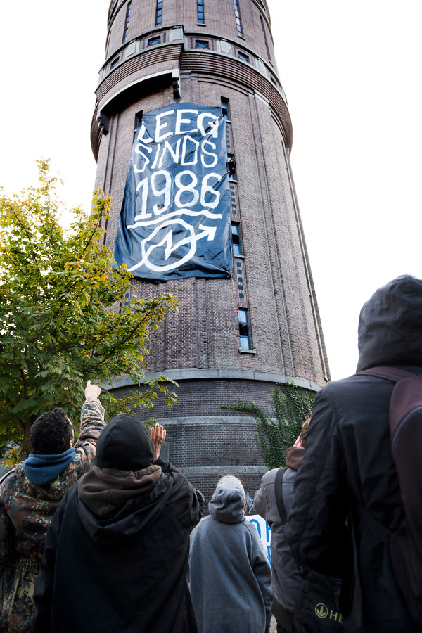 Vorig jaar werd de watertoren op de Amsterdamsestraatweg met succes gekraakt. Krakers in de toren hangen een spandoek op.