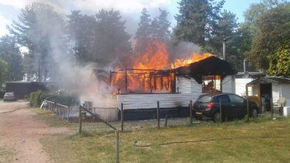 IN BEELD. Ontploffing op Camping Tulderheyde in Poppel: eigenaar ziet chalet in vlammen opgaan