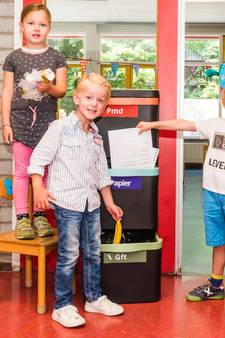 Karel Kraai leert jonge inwoners van Zeist afval scheiden