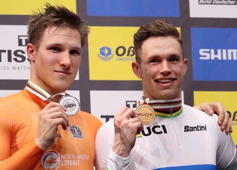 Jeffrey Hoogland (links) en Harrie Lavreysen bij de huldiging na de sprint op het WK Baanwielrennen in Berlijn.  Beeld EPA