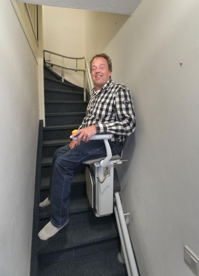 Erik Wils op zijn traplift.