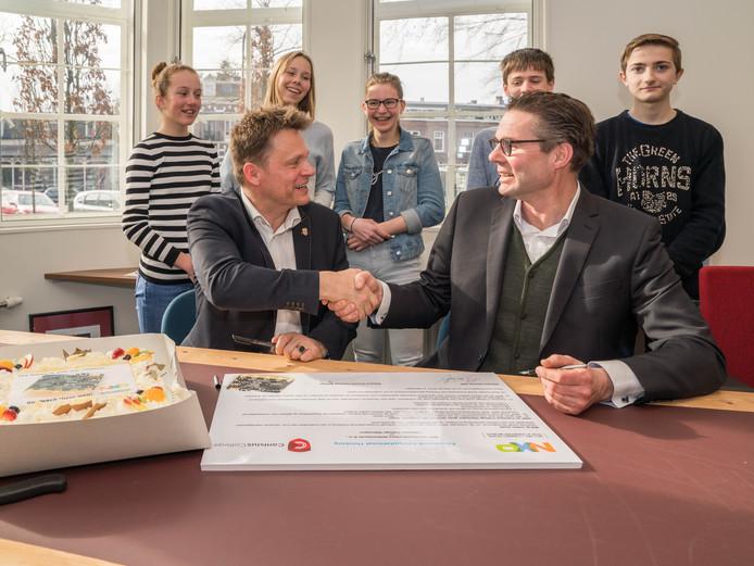 Rector Joan Janssens (links) en Toni Versluijs van NXP ondertekenen samenwerkingsconvenant.