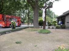 Jezusbeeld bedreigd door loshangende tak in Goirle, brandweer kan niks doen