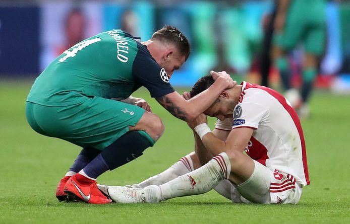 Dusan Tadic wordt getroost door Toby Alderweireld.
